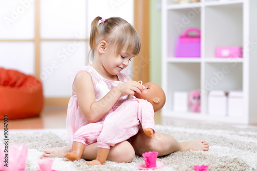 Photographie  Fille jouant avec son baby-doll