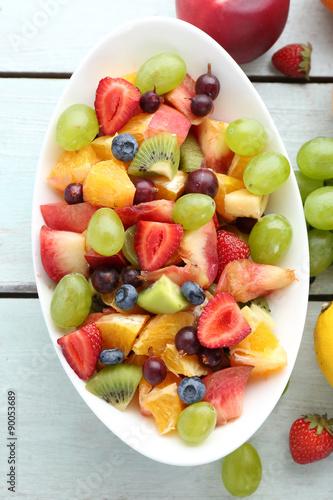 Poster Vruchten Fresh fruit salad on wooden table