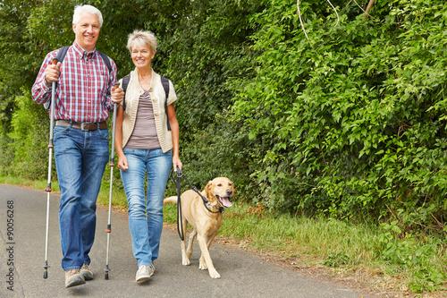 Foto  Senioren gehen Gassi mit Labrador Retriever