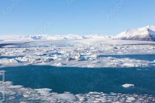 Papiers peints Arctique Winter landscape with clear blur sky, south of Iceland