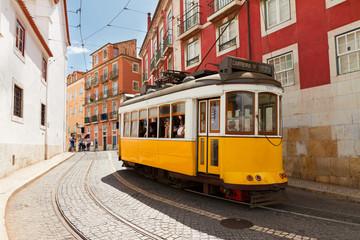 tramvaj uskom ulicom Alfame u Lisabonu