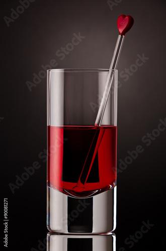 bliska-drinka-ze-szklanym-mieszadlem