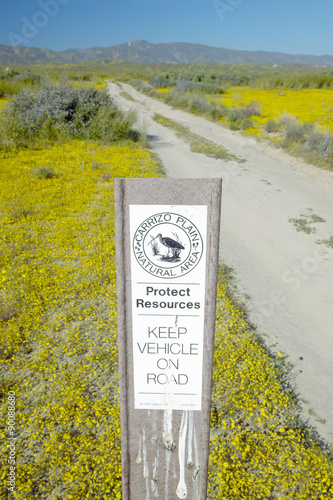 Fotografía  Road sign reads Òkeep vehicle on roadÓ at the Carrizo National Monument, the US