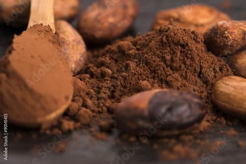 Fotografía  cacao beans and cacao powder in spoon