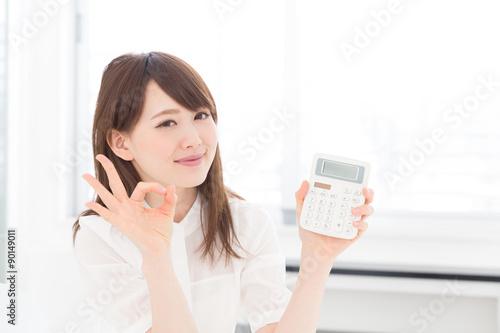 Fényképezés  電卓を持つ女性