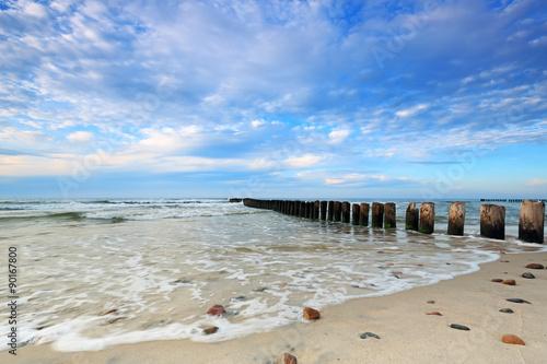 plaza-nad-morzem-baltyckim-w-kuznicach-z-pieknym-niebem-z-chmurami