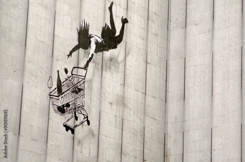 Banksy falling shopper graffiti, London Fotobehang