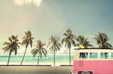 Rocznika samochód na plaży z deską surfingową - 90197026