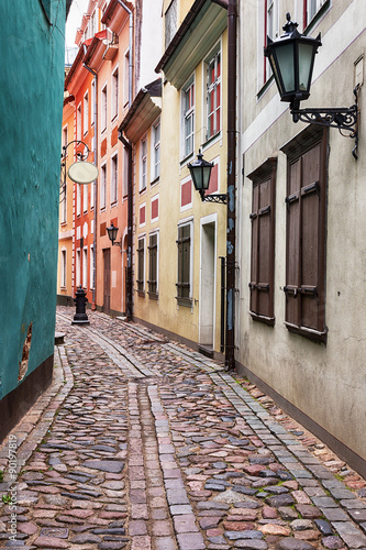 Deurstickers Smal steegje Alley in the old town of Riga, Latvia.