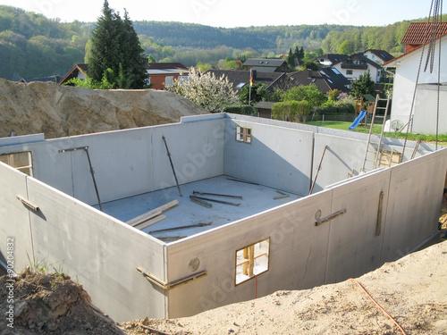 Bau Eines Fertigkellers mit Fertigteilen aus Beton Fototapete