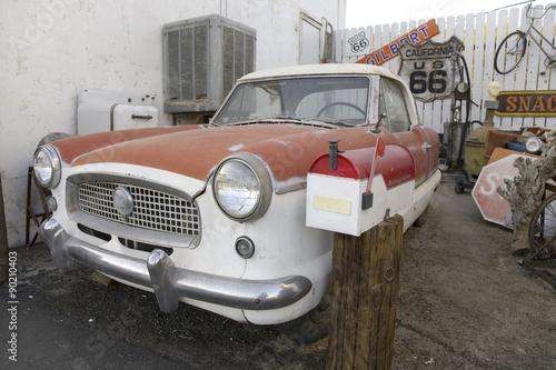 czerwono-bialy-nash-z-lat-50-zaparkowany-przed-motelem-route-66-barstow-kalifornia