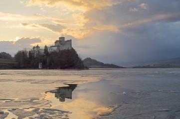 Fototapeta samoprzylepna Odbicie zamku w Niedzicy w zamarzniętym jeziorze Czorsztyńskim