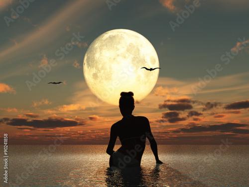 Mujer en el mar frente a la luna llena Fototapet