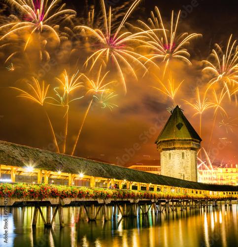 Fotografía Fireworks over Chapel bridge in Lucerne, Switzerland