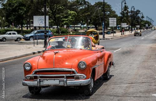Türaufkleber Autos aus Kuba Kuba el Malecon in Havanna auf der Strasse fahrender amerikanischer orangener Cabriolet Oldtimer