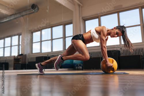 Photo  Muscular woman doing intense core workout