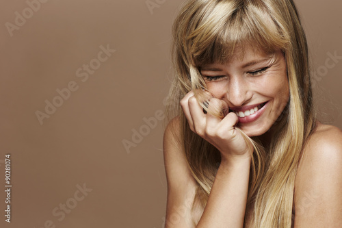 Fotografia  Gorgeous blond woman laughing in studio