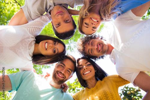 Fotografia  Friends hugging together at the park