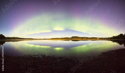 Photo  Northern lights with reflections on the lake at night