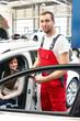 freundlicher Mechaniker und Kundin in einer Werkstatt - Autoreparatur und Kostenvoranschlag // car repair shop