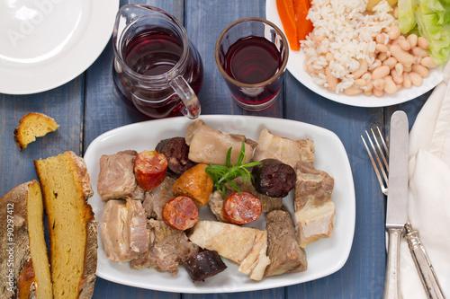 Foto  typical portuguese dish cozido a portuguesa and red wine