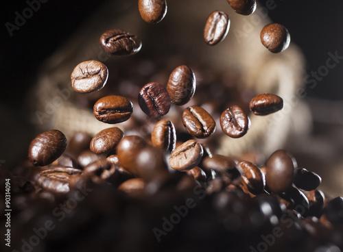 Tuinposter koffiebar Falling coffee beans