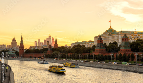 Tuinposter China View of Moscow Kremlin and Moskva River at sunset