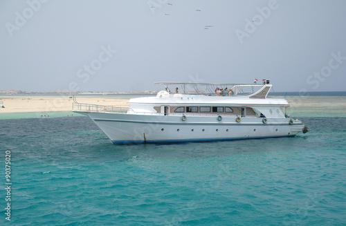 Fotografija  Tourist ships in the coral reefs