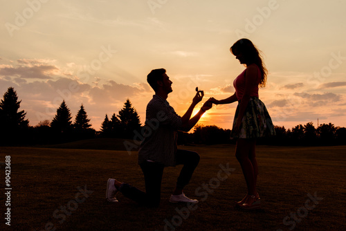 Photo silhouette of a man makes a proposal of betrothal to his girlfri