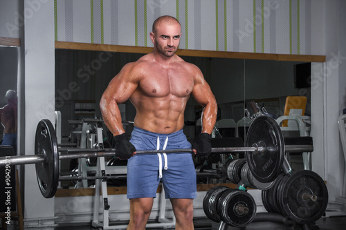 Poster Fitness Muscular strong man in the gym.
