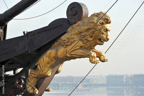 Foto a Golden figure of a lion on the bow of the ship