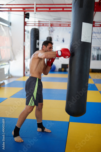 Photo  Kickbox fighter training with the punch bag