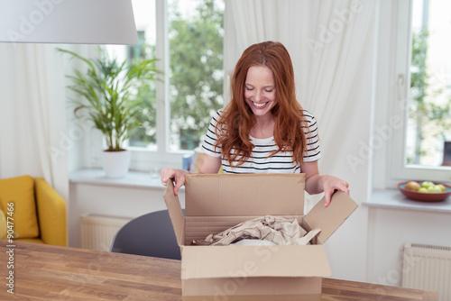Fotografie, Obraz  Frau Balíčkový zuhause ein paket aus