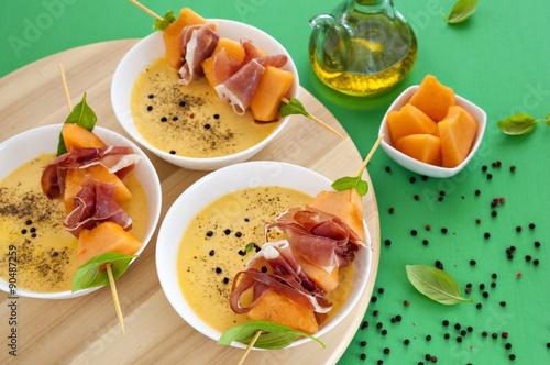 Zuppa fredda di melone con spiedini al prosciutto Wallpaper Mural