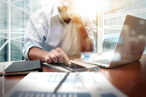Fotografía  Documentos de negocios en la mesa de oficina con teléfono inteligente y digitale