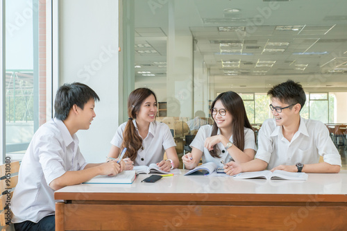 Fotografia  Group of asian students in uniform studying together at classroo