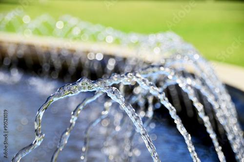 Poster de jardin Fontaine Kleine Wasserfontänen im Springbrunnen