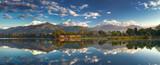 Niesamowite Himalaje. Panoramiczny widok z brzegu jeziora u podnóża wspaniałego pasma górskiego Annapurna.
