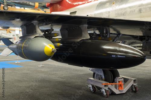Fotografie, Obraz  Vormontierte Fliegerbombe mit Zuastztank