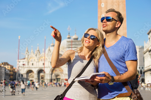 Fotografia Couple reading tourist guide and sightseeing in Venice