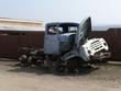 LKW-Wrack am Straßenrand in einem Dorf tief in Sibirien