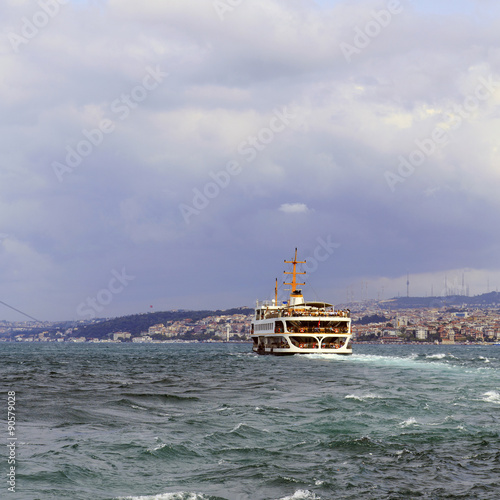 Photo  Istanbul's Golden Horn water transport ship with water waves and