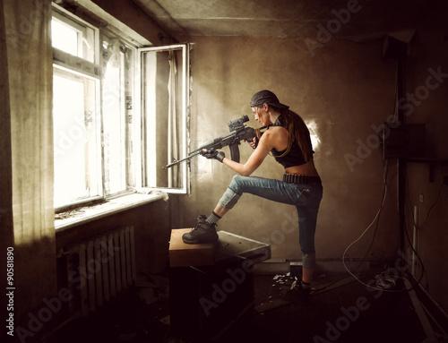 Fotografía  Mujer de francotirador y Soldado que apunta el rifle en la ventana