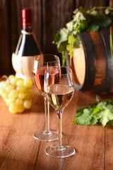 Fototapetavino bianco e vino rosato nei calici