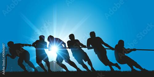 Photo Concept de la combativité, avec un groupe d'hommes qui unissent leurs forces au tir à la corde, pour battre leurs adversaires