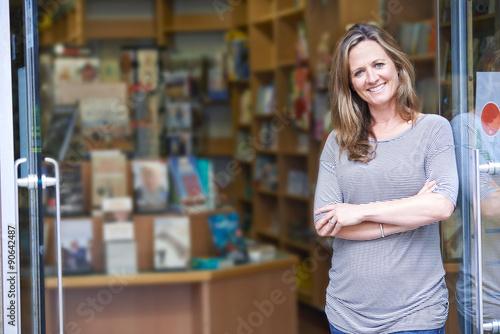 Portrait Of Female Bookshop Owner Outside Store Tableau sur Toile