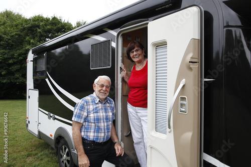 Fotografia Senioren beim aktiven Campingurlaub im Wohnmobil