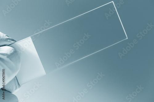 Fényképezés  microscope slide in hand