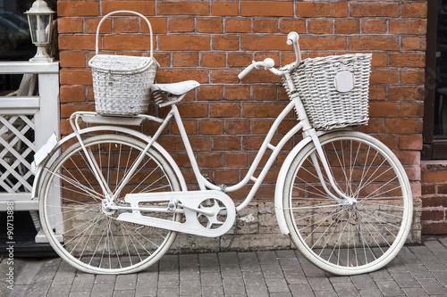 bialy-rower-przy-scianie-czerwonej-cegly