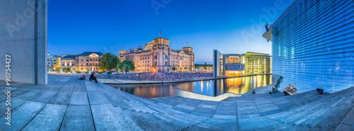 Zdjęcie XXL Reichstag i Paul Löbe Haus o zmierzchu, Niemcy